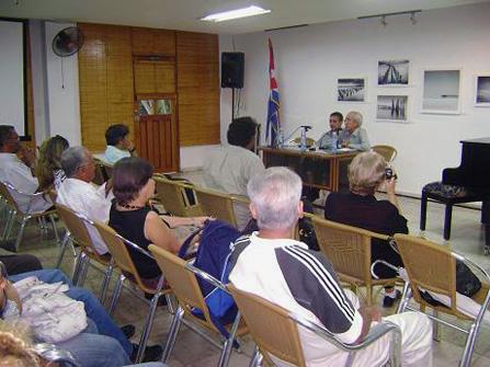 Arnaldo Toledo, director de la revista Signos, presena los núimeros 64 y 65 en la sede de la UNEAC nacional, en La Habana.