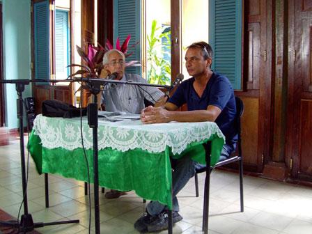 Arnaldo Toledo, director de Signos, y Edelmis Anoceto, editor, comentan le entrevista dedicada a Signos en la revista Revolucion y Cultura.