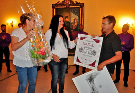 Entrega del Premio Ser Fiel a Edelmis Anoceto Vega.