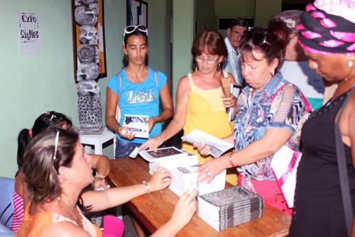 Venta de ejemplares de la revista Signos en Jagüey Grande.